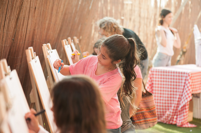 הילדים צובעים את האיורים המהממים של מיקוש בהתלהבות רבה